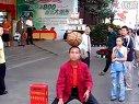 国外街头机械舞表演 美女鼓手中国街头即兴表演