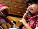 """2岁萌宝用德语和东北话""""打电话""""!最后一句""""撂啦""""!呵呵。。"""