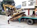 挖土机下平板车视频