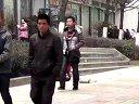 【拍客】贫困山区小学生街头做寒假作业乞讨生活费