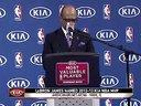"""北京时间5月6日(迈阿密时间5日),NBA官方在热火主场美航球馆举行新闻发布会,正式宣布勒布朗-詹姆斯获得2012-13赛季常规赛MVP,这是他在5年之内4次收获这个荣誉,成为继""""指环王""""比尔-拉塞尔后联盟历史上第二位取得这个成绩的球..."""