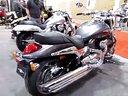 林蔭大道上的鈴木M90摩托車