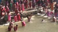 尼泊尔女子半裸上身洗圣浴