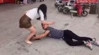 小伙抱女友大腿拽掉丝袜