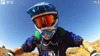 会玩!年轻小伙摩托跳伞