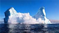 震撼!实拍巨大冰山海上沉陷