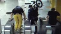 外国人地铁逃票辱骂工作人员