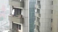 南京90后女子欲跳楼 站29层阳台外足足5小时被警方抱住救下