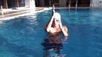 游泳中的踩水1.浅水区的踩水练习(快乐的小鸟)