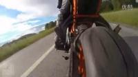 美女骑 KTM RC390 摩托车高速骑行