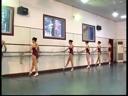 芭蕾舞训练被动踩踏-专辑:《美女-基本功训练脸压腿舞蹈图片