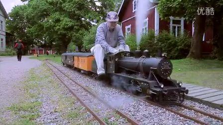 碉堡!牛人铺铁轨自制微型十轮式蒸汽机车