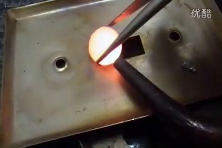 将滚烫金属置于水中 爆出科幻特效声