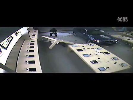 这货真猛!开着宝马X5撞进苹果零售店抢劫