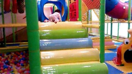 小孩玩滑滑梯 – 搜库