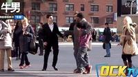 街头社会实验 辱打不同肤色孩子测试路人反应