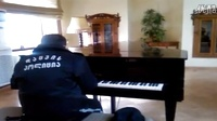 保安以为图书馆里只有他一个人,于是独自弹起了钢琴