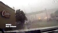 大风把火车都从桥上吹了下来。。。好可怕!