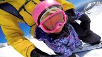 好酷的爸比!带着这么小的女儿一起滑雪。。。