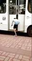哈哈哈,公交门口系鞋带的下场。。。
