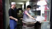 西安夫妻賣小吃21年, 3塊錢一碗太實惠了, 當地人每天去排隊吃
