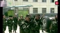 特種兵訓練是發現黑衣服, 警惕的掏出實彈手槍,