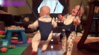 爸爸把雙胞胎寶寶掛在學步帶上, 接下來寶寶的反應太可愛了