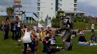 能唱能跳, 沿街賣藝, 還會和人打架的機器人