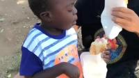 非洲紀實: 這位黑人小孩右手天生殘疾, 小哥每天陪著他一起吃面包