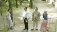 兩男子在公園發生沖突,互相猛打對方女友泄憤,兩女友身心倍受摧殘…