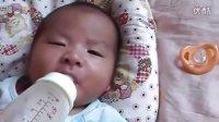 80后天才父母創意教育,2月大的雙胞胎寶寶自己喝奶