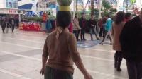 69歲飛翔奶奶頂瓜瓜,在商場里玩雙龍板