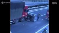 監拍機動三輪路口被大貨車撞翻