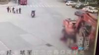 慘痛!監拍綿陽老人小孩過馬路遭工程車碾壓 致1死1傷_標清