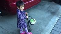 妹妹給球打氣